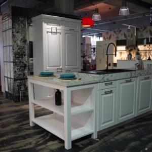 Bauformat Inselküche Landhausstil weiße Küchenfronten Arbeitsplatte Marmor