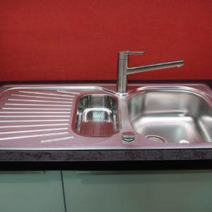 Bauformat Küche mit hochwertiger Edelstahl Küchenspüle und Küchenarmatur