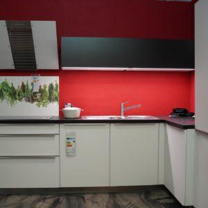 Bauformat Küchen L-Form weiß Edelstahl Griffleisten und Kopffreihaube mit Küchenspüle
