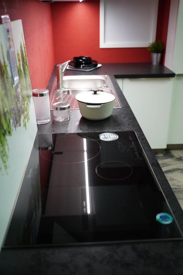 Bauformat L-Küche in weiß mit schwarzer Arbeitsplatte modernem Kochfeld