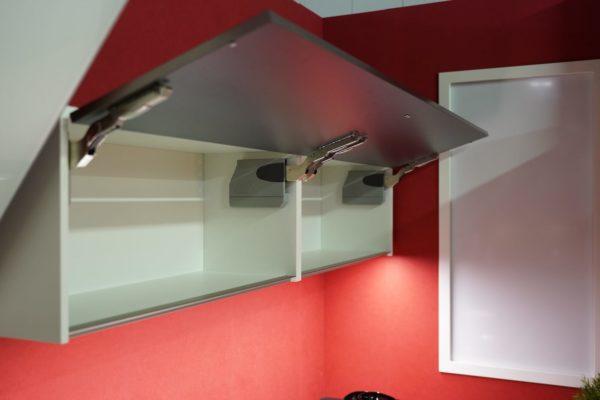 Bauformat Oberschränke in weiß mit schwarzen Küchenfronten