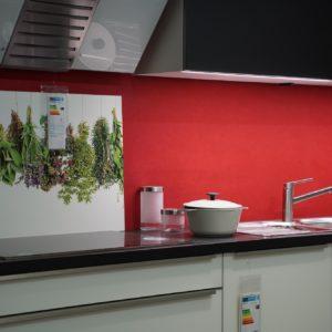 Bauformat Rom weiße L-Küce Edelstahl Griffleisten und Elektrogeräten