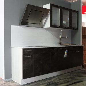 Küchenzeile mit schwarzen Küchenfronten Glas Oberschränken und Kopffreihaube