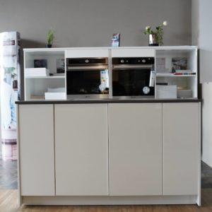 Kleine Design Inselküche weiß hochglanz Lack grifflos mit Wandschrank