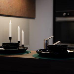 Nobilia Designküche in schwarz mit Elektrogeräten und Bartresen