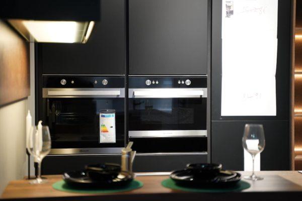 Nobilia Designküche in schwarz mit Elektrogeräten und Lack Küchenfronten
