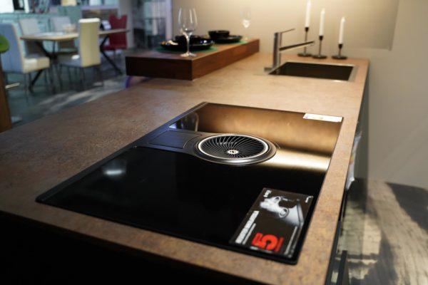 Nobilia Designküche schwarz mit Arbeitsplatte im Rost Design und Kochfeldabzug