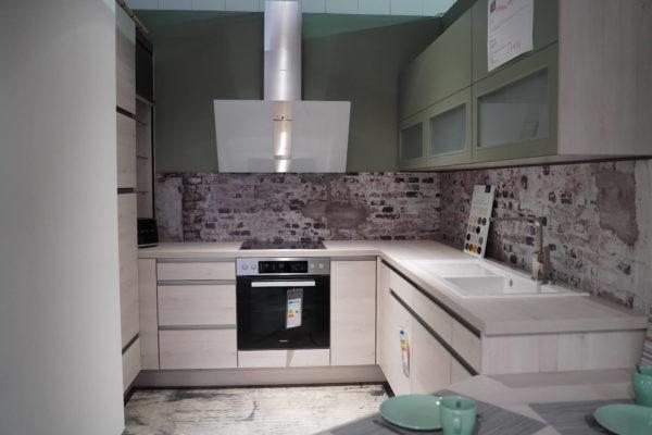 Nobilia U-Küche Holzdesign grifflos Wandschrank und Elektrogeräte