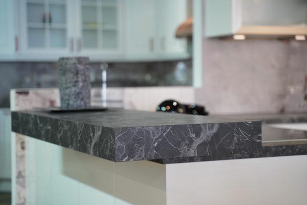 Nobilia U-Küche hochglanz weiß Kunststein Arbeitsplatte Marmor Muster mit Esstresen
