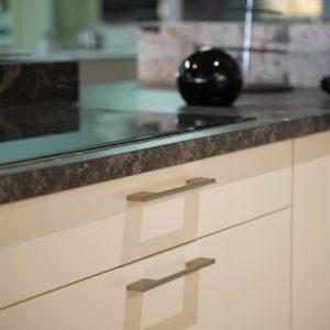 Nobilia U-Küche weiß dunkle Marmor Arbeitsplatte Nachbildung