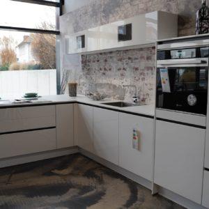 Nobilia hochglanz L-Küche mit Griffmulden Bauknecht Backofen auf Brusthöhe