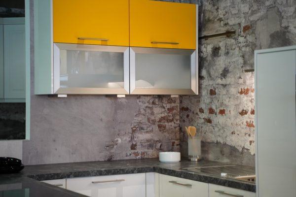 Nobilia moderne Inselküche mit gelben Hängeschrank aus Milchglas