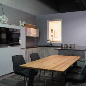 U-Küche Design in grau mit schwarzer Arbeitsplatte Grifflos weiße Lack Küchenfronten