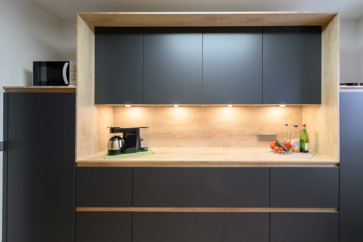 Küchenhalle Design Küchenzeile zweizeilig griffmulden matt Holz Arbeitsplatte