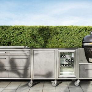 Burnout Outdoorküche Küchenzeile grau Big Green egg Grill Kühlschrank und Edelstahl Rahmen