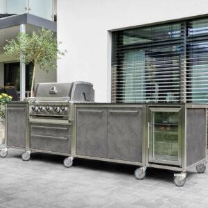 Burnout Outdoorküche Küchenzeile grau Napoleon Grill und Kühlschrank
